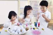 Fotografia bambini pittura uova
