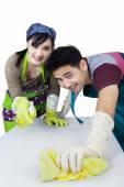 Photo Joyful couple cleaning a table
