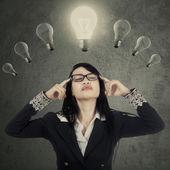 Hezká žena manažer myšlení pod lampy