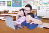 Učitel zakazuje jeho studenti sledovat obsah jen pro dospělé