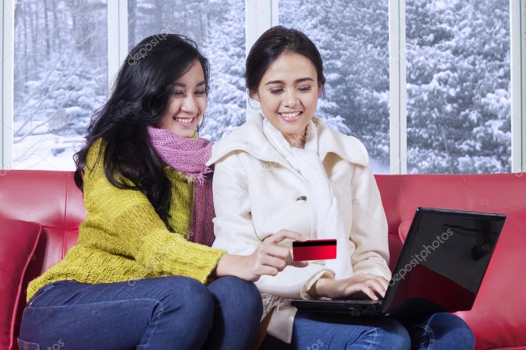 newest ce91f 62f25 Ragazze attraenti shopping online a casa — Foto Stock ...