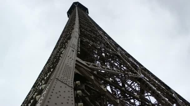 Eiffelova věž a modrá obloha