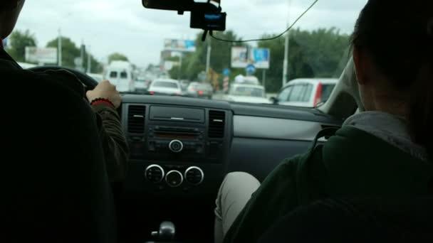 Muž a žena v autě