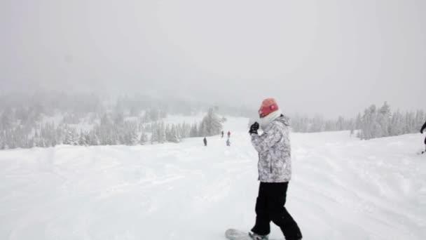 Snowboardisté jezdí na svahu