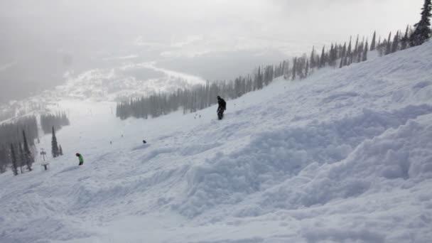 Snowboarder fahren auf der Piste