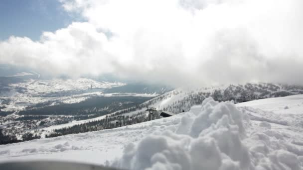 Malebný pohled na zasněžené hory