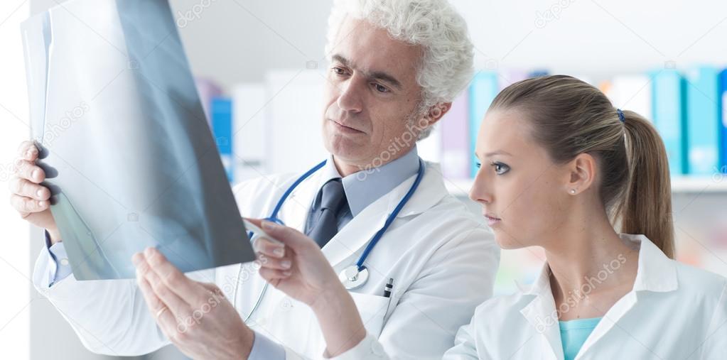 Comprobación de una radiografía con su ayudante de radiólogo — Fotos ...