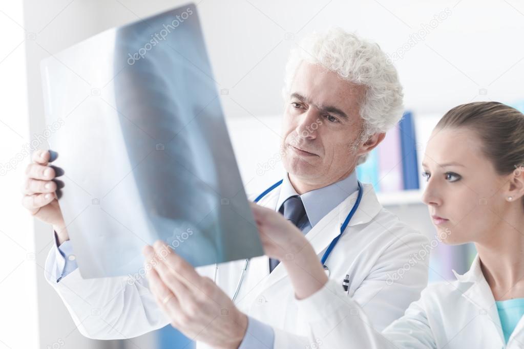 Radiólogo revisar una radiografía — Fotos de Stock © stokkete #119971510