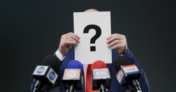 Politik zvedá palce během tiskové konference