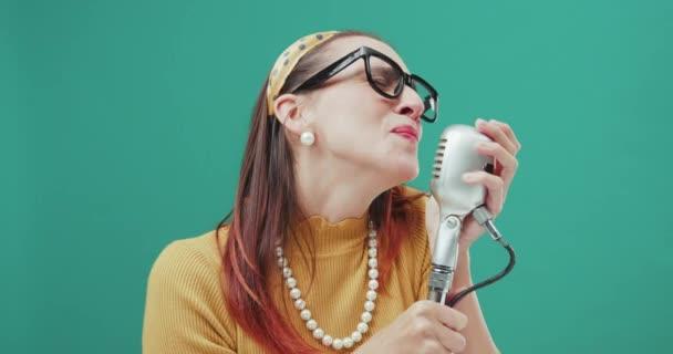 Ročník styl žena zpívající s mikrofonem