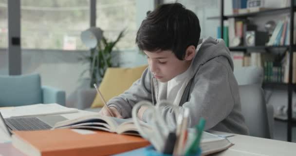 Student studující online doma