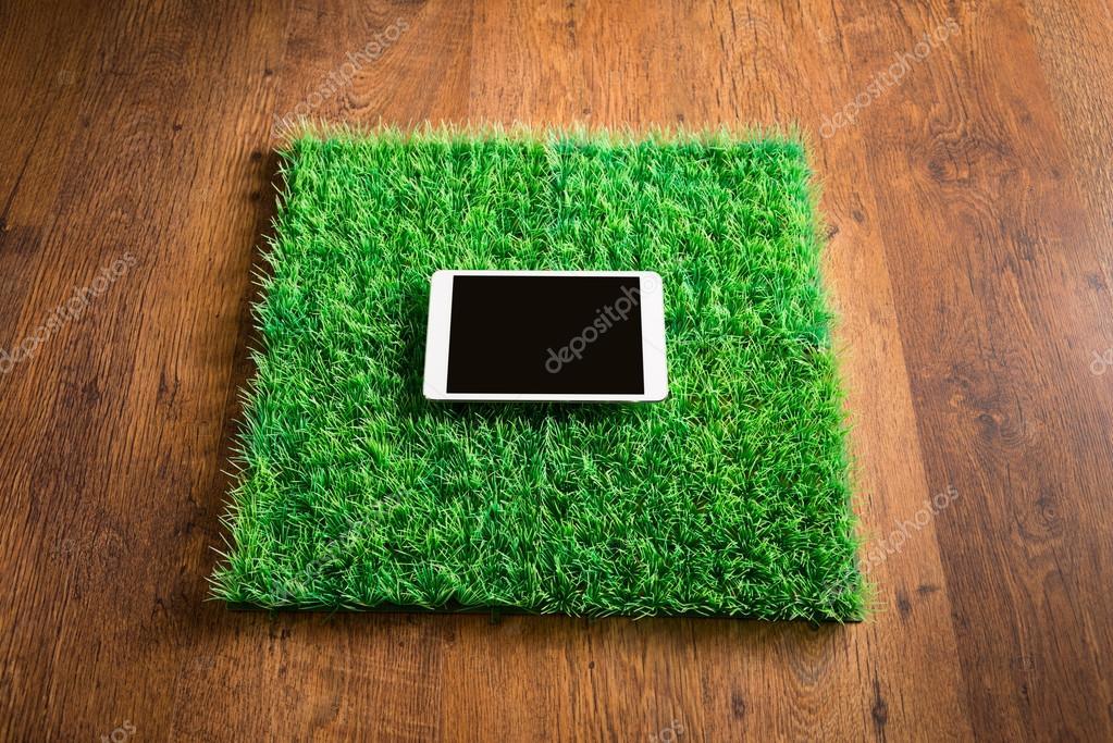 Kunstgras Op Tegels : Tablet op kunstgras tegels u2014 stockfoto © stokkete #51833225