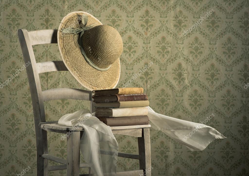 Vieux Livres Sur Une Chaise Avec Chapeau De Paille Photographie