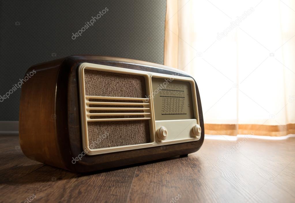 Vintage radio neben dem fenster u stockfoto stokkete
