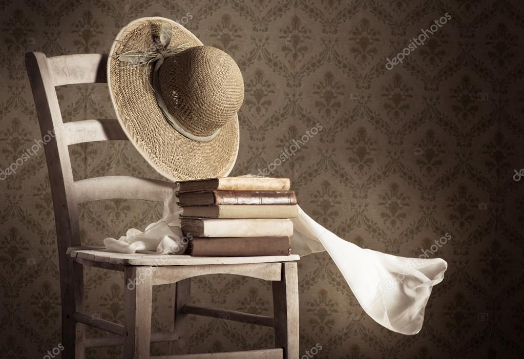 Pile De Livres Anciens Avec Chapeau De Paille Photographie