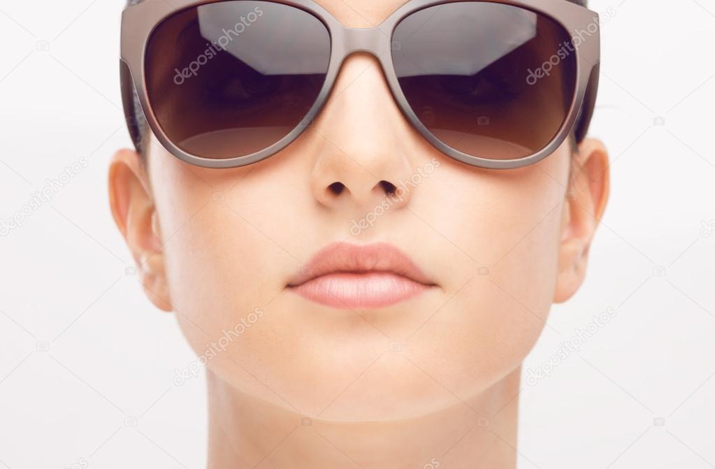 ed7bce5e48 Μοντέλο φορώντας μεγάλα γυαλιά ηλίου — Φωτογραφία Αρχείου · Young female  fashion model wearing big sunglasses frontal portrait on white background —  Εικόνα ...