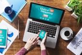 Lidské ruce a on-line nakupování internetové stránky
