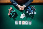Pokerový hráč s čipy a karty