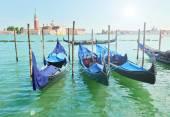 Fotografie Zaparkovaných gondole v Benátkách