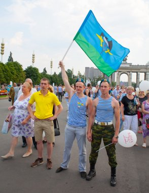 Two Russian paratroopers demobilized with the flag