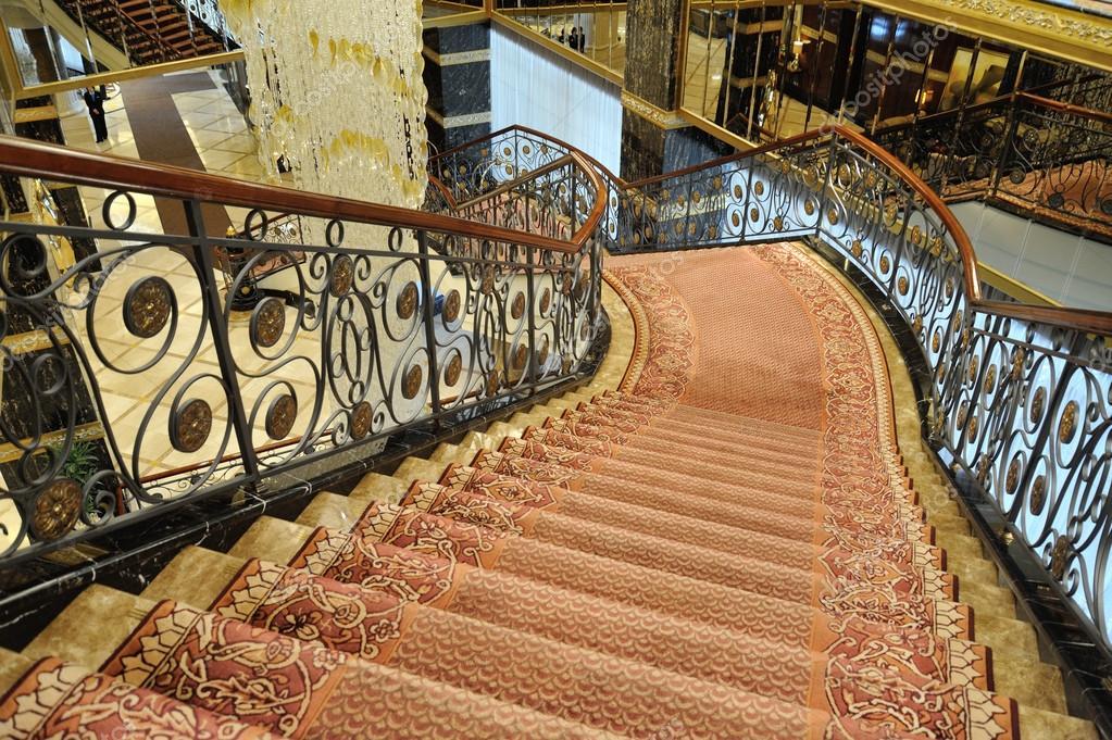 Kronleuchter Treppe ~ Hall treppen und einer großen kronleuchter im hotel lotte