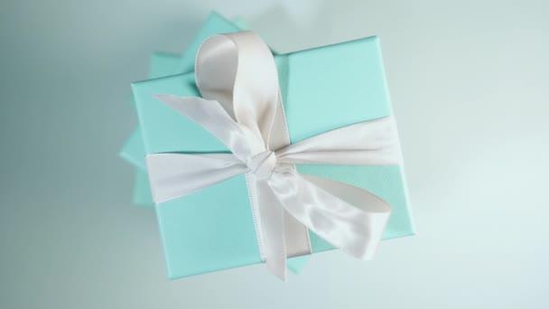 Egy halom türkiz kék doboz fehér selyemszalaggal összekötve