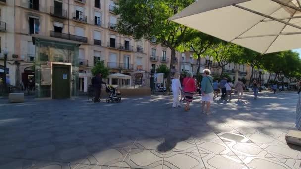 Tarragona, Španělsko. Červen 2021: La Rambla Nova ve městě Tarragona, ve Španělsku.