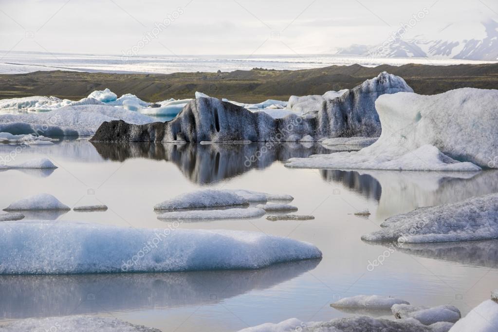 Riflessi dacqua nel lago iceberg jokulsarlon u2014 foto stock © tbtb