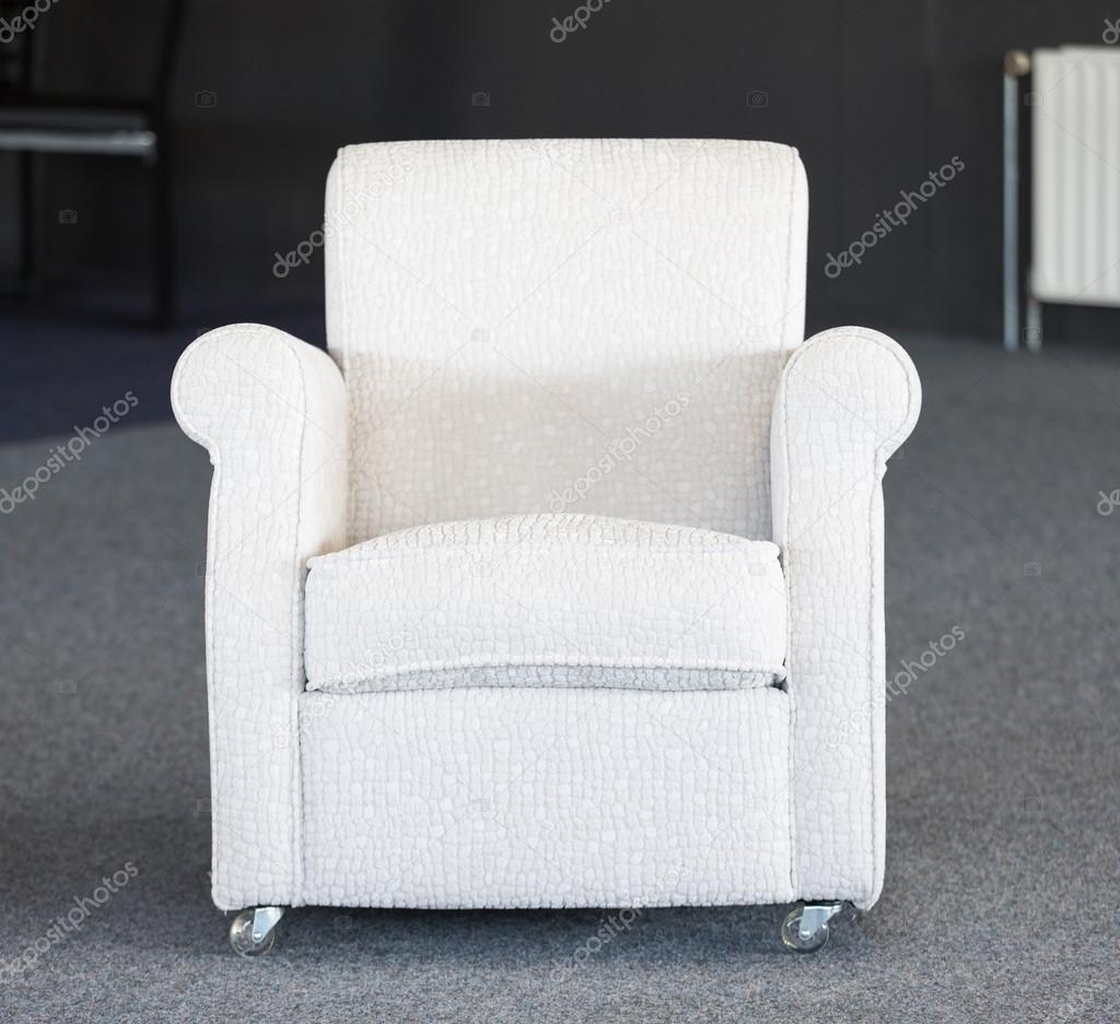 bianco sedia d\'occasione nel magazzino di mobili — Foto Stock ...