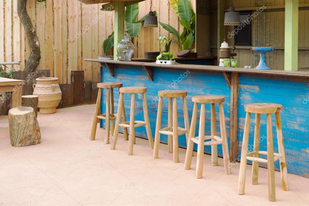 Bar in legno con sgabelli da bar u foto stock kruwt