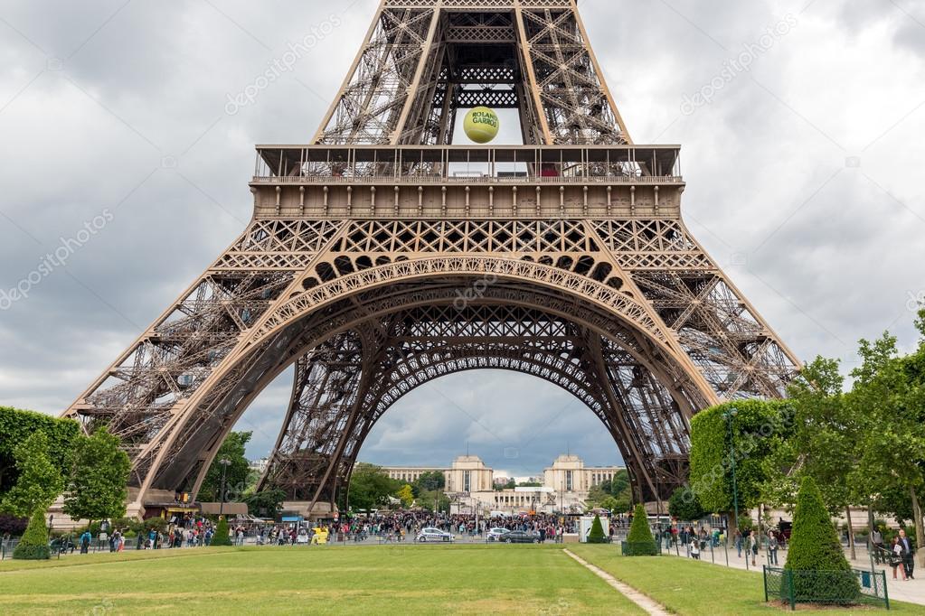 Roland Garros Handdoek.Toeristen In De Buurt Van Eiffel Tower Met Grote Tennisbal Van
