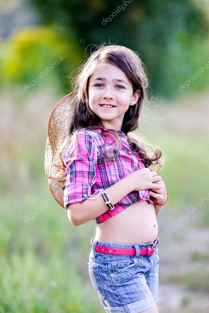 e317658594c11 little girl sitting in a field wearing a cowboy hat — Stock Photo ...