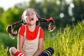 Fotografie freche Mädchen mit Zöpfen, öffnet seinen Mund und rufe