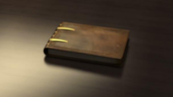 kniha na dřevěný stůl
