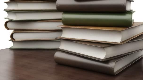 Knihy na stole v knihovně