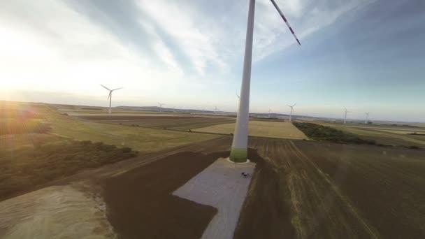 turbine eoliche nel tramonto