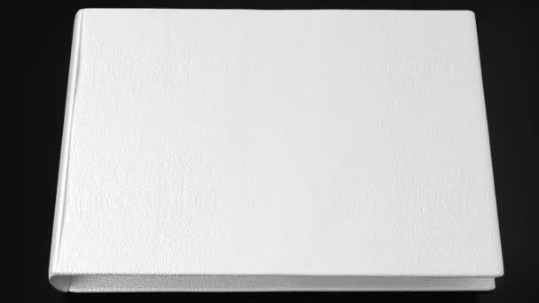 Bílá kniha o černý stůl