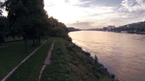 Řeka v západu slunce