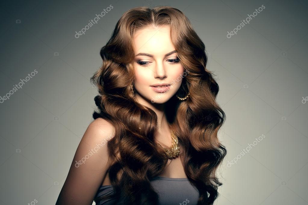 Modele Avec Les Cheveux Longs Coiffure De Vagues De Boucles Salon