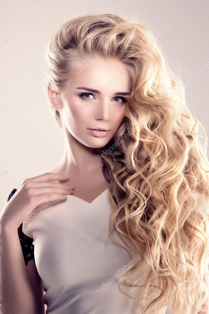 Model Z Długimi Włosami Blond Fale Loki Fryzury Włosy Salon Upd