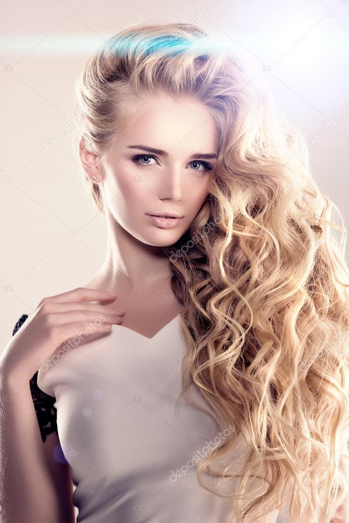 Model Z Długimi Włosami Blond Fale Loki Fryzury Włosy Salon