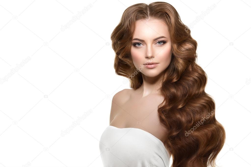 Coiffure de vagues de boucles. Salon de coiffure. Chignon. Mannequin avec  les cheveux brillants. Femme avec jeune fille cheveux sains avec coupe de  cheveux