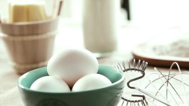 Uova bianche essere prelevate, rallentatore