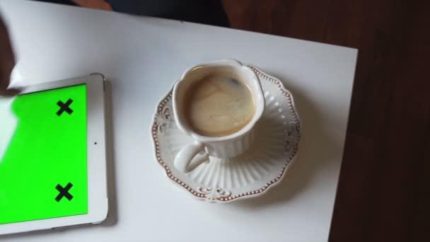 A nő segítségével a tábla-PC. Testreszabható képernyő