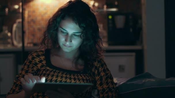 žena doma pomocí tabletového počítače