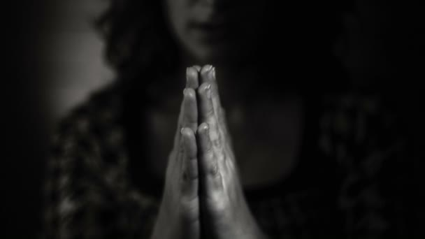 Handgesten. Frau betet zu Gott. schwarz-weiß