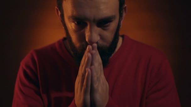 Handgesten. Mann betet zu Gott.