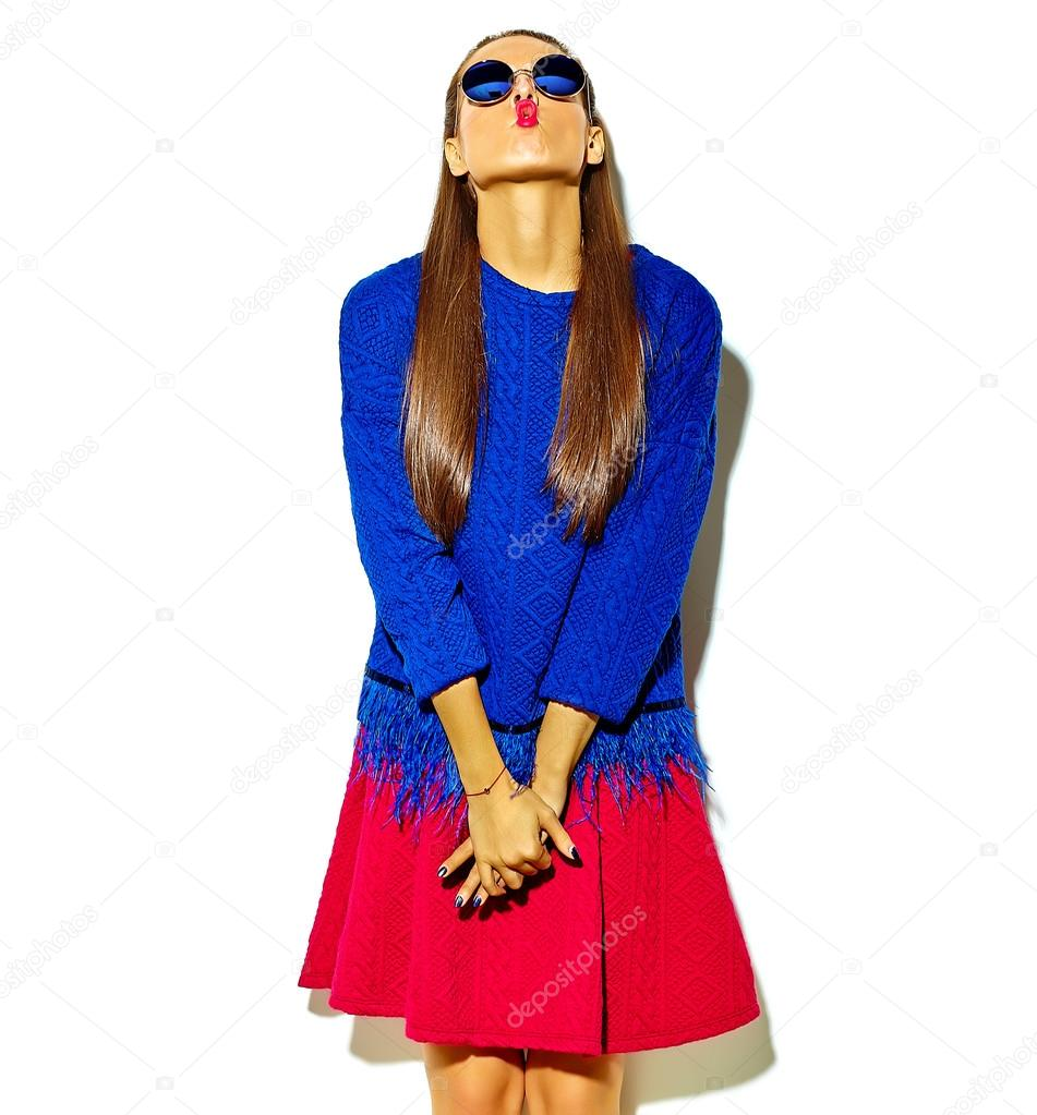 Mosolygós barna nő lány alkalmi csípő színes nyári ruha piros ajkak  gyönyörű őrült elszigetelt fehér napszemüveg d708e72509