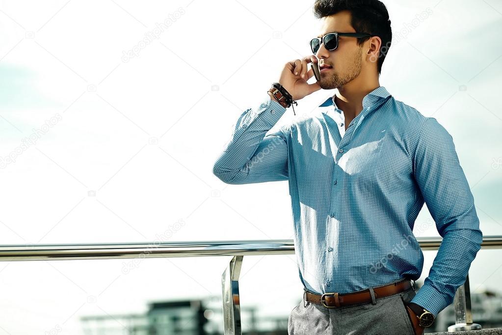 Мода портрет молода сексуальна бізнесмен красивий модель людина в костюмі  випадковий тканини в сонцезахисні окуляри на вулиці 06c17bea1a55c
