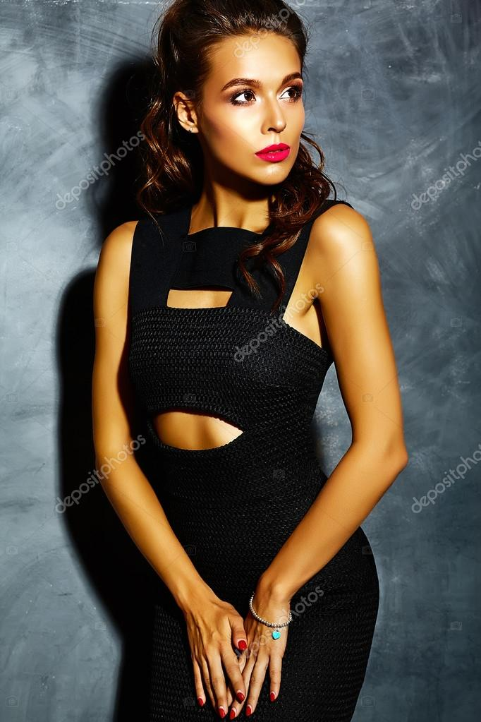 98951a9ac Señora modelo de hermosa mujer sexy con labios rojos en vestido elegante  negro posando junto a la pared gris — Foto de ...
